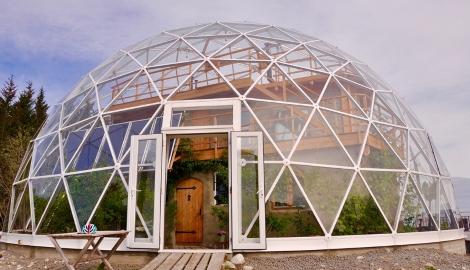 Норвежская семья построила для себя дом под геокуполом