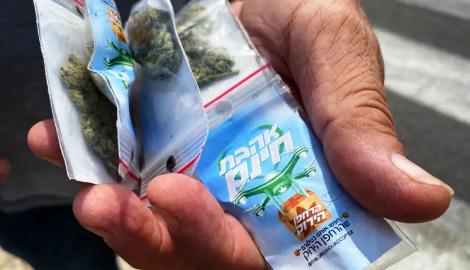 Атака сверху: В центре Тель-Авива с неба посыпались пакетики с марихуаной