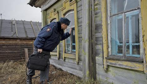 Полицейские заставили мужчину сорвать коноплю, чтобы потом арестовать его за это