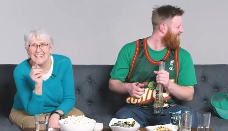 Парень курит со своей бабулей