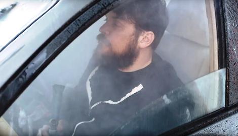 Видео: курение каннабиса за рулем