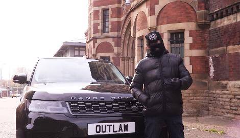 Великобритания: Репер в маске раздает травку и туалетную бумагу прохожим